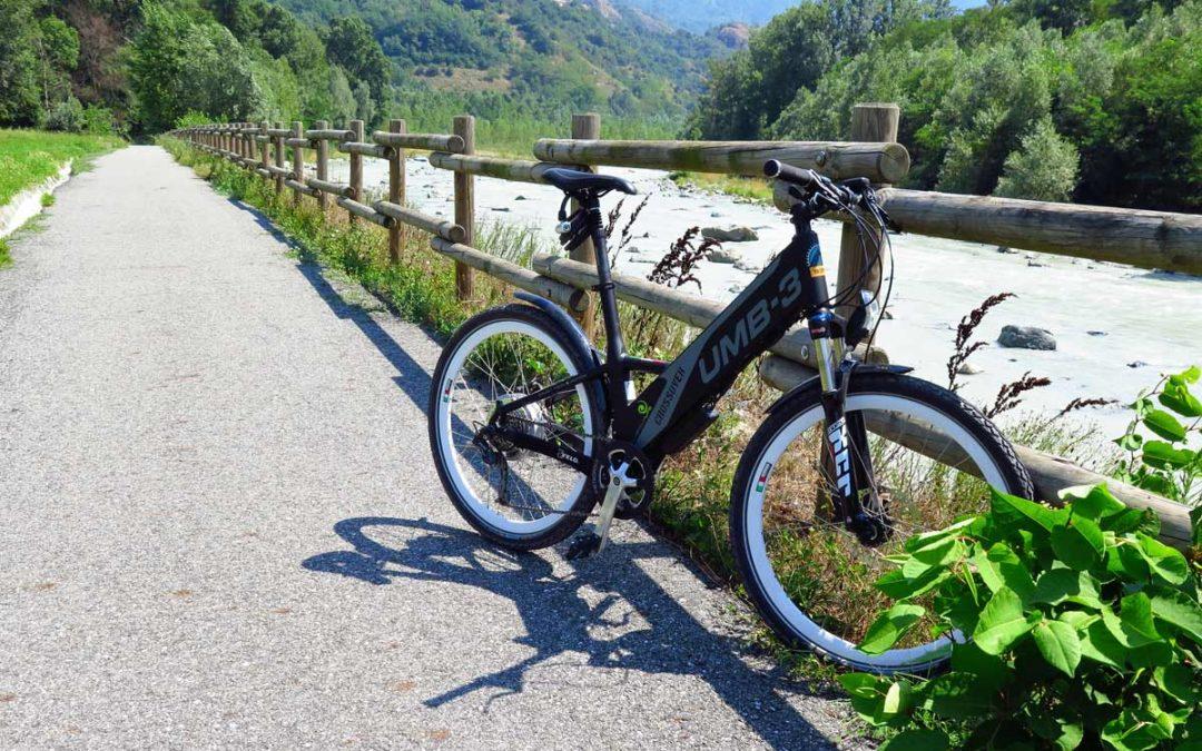 La pista ciclabile è a sbalzo sulla Dora nel nuovo tratto tra Fénis e Saint-Marcel